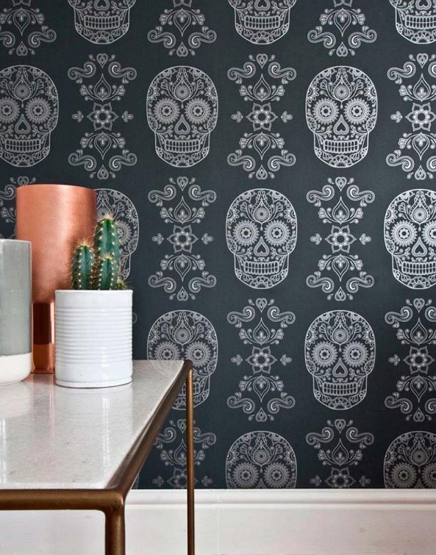 Wallpaper Dia de los Muertos Shimmering pattern Matt base surface Floral Elements Skulls Black grey Silver. Room View Dia de los Muertos