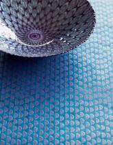 Carta da parati Kelem Disegno brillante Superficie di base iridiscente Strisce Blu Viola luccicante