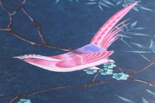 Carta da parati Comtesse Disegno brillante Superficie di base opaca Uccelli Rami con foglie e fiori Blu oceano Verde Rosa Marrone nerastro Turchese Toni di viola