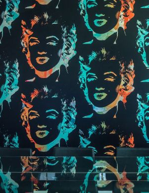 Tapete Andy Warhol - Marilyn Wasserblau Metallic Raumansicht
