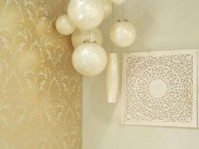 Papel pintado Nemesis Efecto metalizado Damasco barroco Blanco crema Oro lustre