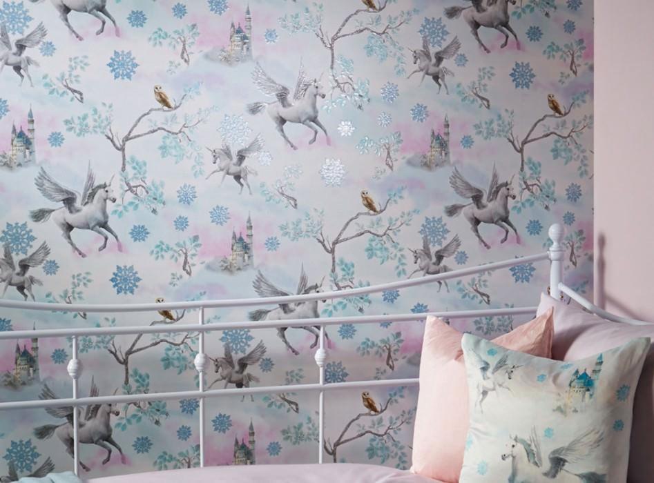 Tapete Akeleia Muster schimmernd Untergrund matt Einhörner Eisblumen Eulen Schlösser Zweige  Blassrosa Grünweiss Grauweiss Hellgrau Glitzer Orangebraun Pastellblau Glitzer Türkis Glitzer