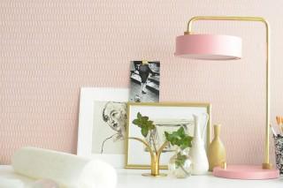 Papel pintado Ginza Efecto impreso a mano Patrón brillante Superficie base mate Elementos gráficos Rayas Rosa claro Oro perla