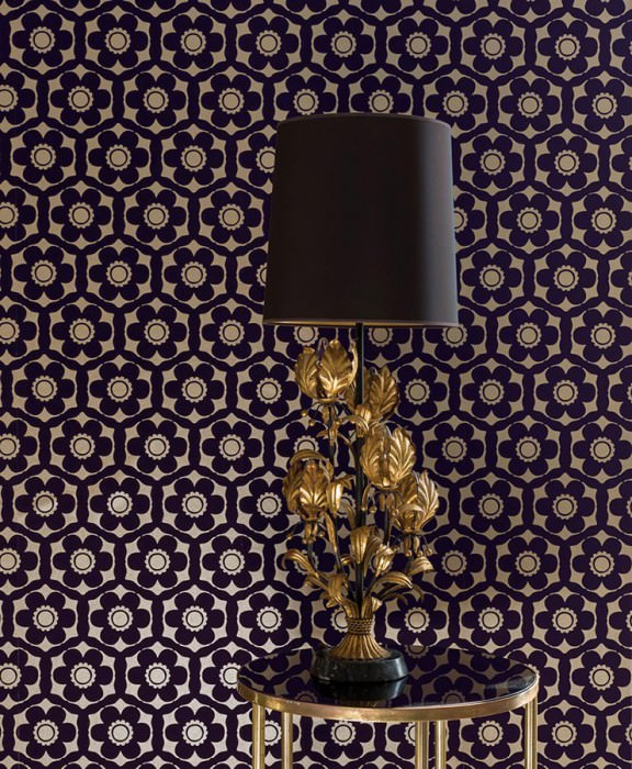 Papel de parede Orischa Padrão mate Superficie base brilhante Damasco floral Flores estilizadas Ouro pérola Violeta preto