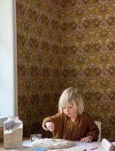 Papier peint Lovisa Mat Feuilles Fleurs Fruits Damassé historique Jaune sable Brun foncé Brun olive Bleu pâle Rosé pâle