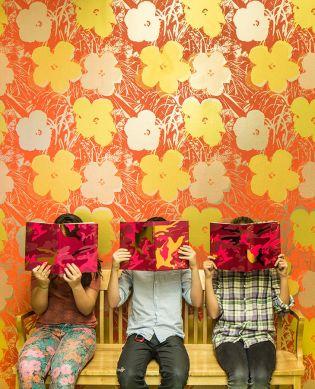 Papier peint Andy Warhol - Flowers orange saumon Vue pièce
