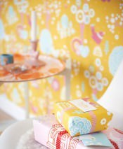 Papel de parede Körsbärsdalen Efeito estampado à mão Mate Árvores Flores Pássaros Amarelo milho Rosa antique Turquesa pastel claro Rosa claro Branco